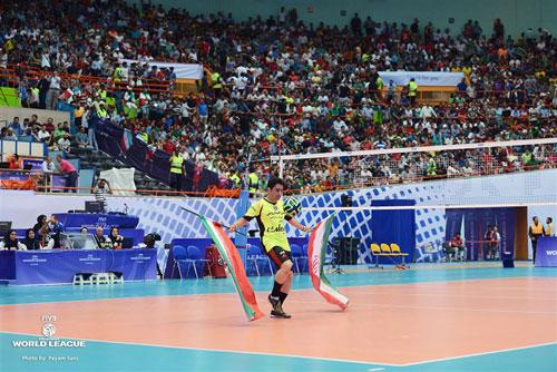 رکورددار روپایی جهان پیش از بازی والیبال ایران و لهستان به اجرای برنامه پرداخت