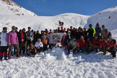 برگزاری جشنواره خانوادگی آدمبرفی توسط گروه کوهنوردی شهریاران