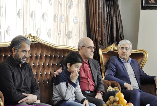 دیدار دکتر چاوشی با خانواده شهید محمد آژند در شهریار دیدار کرد