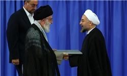 لبخند رهبر انقلاب و حسن روحانی همزمان با تنفیذ حکم ریاست جمهوری/عکس