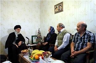 فیلم/ مستند حضور رهبر انقلاب در منزل خانواده شهید آشوری