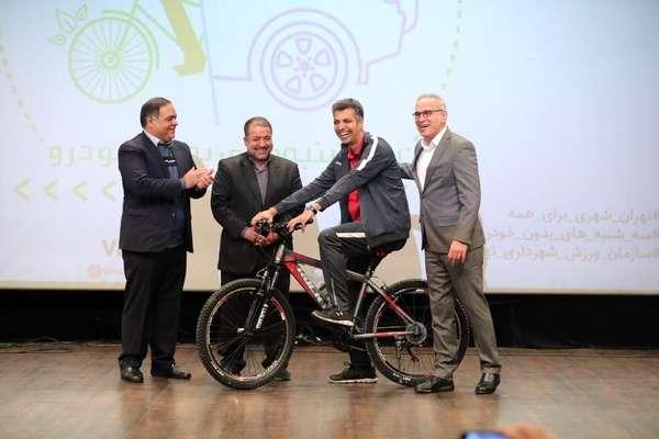 عادل فردوسیپور را با دوچرخه بدرقه کردند (عکس)