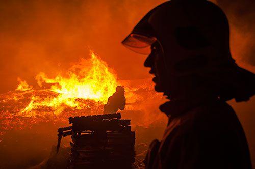 با تلاش آتش نشانان آتش سوزی گسترده انبار چوب و الوار اطفاء شد