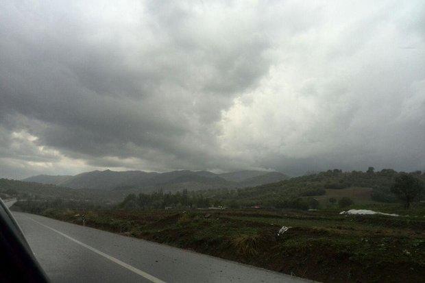 بارش برف و باران در محورهای ۱۷ استان