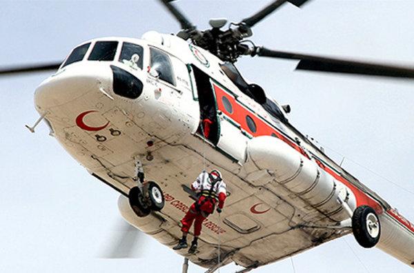 نجات ۳۰ زن و کودک گرفتار در برف از جاده حسن آباد با امداد هوایی