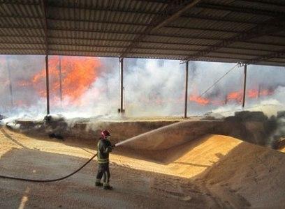 انبار علوفه در شهرستان شهریار پس از 12 ساعت آتش سوزی خاموش شد