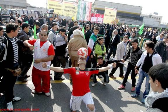 حضور رکورددار جهانی گینس با پیراهن پرسپولیس در راهپیمایی 22 بهمن